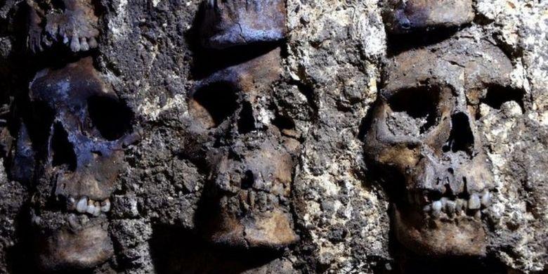 Keberadaan struktur menara yang dibentuk dari ratusan tengkorak manunsia itu adalah bagian dari Huey Tzompantli.