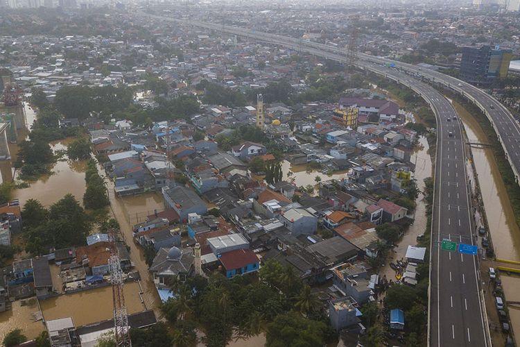 Foto udara banjir di Cipinang Melayu, Jakarta Timur, Sabtu (20/2/2021). Menurut warga Banjir diakibatkan luapan kali Sunter pada pukul 03.00 WIB dan sebanyak 300 Kepala Keluarga (KK) sudah dievakuasi ke pengungsian.