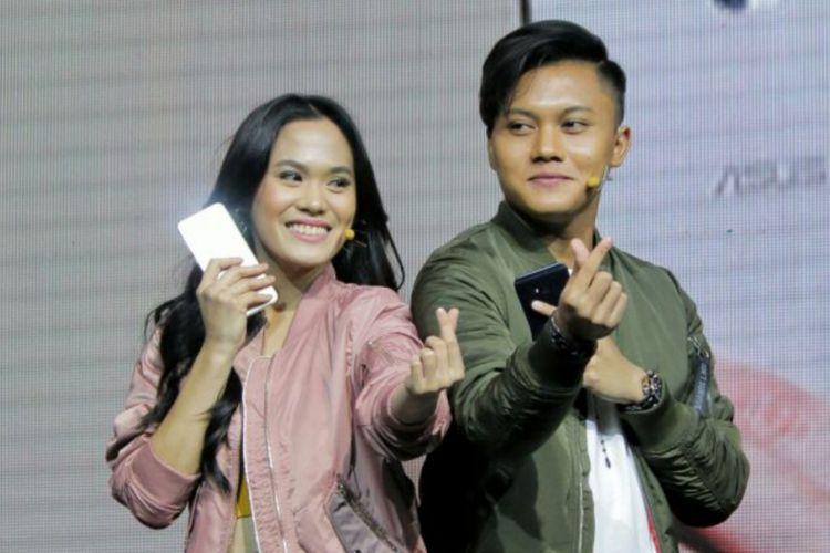 Sheryl Sheinafia dan Rizky Febian meluncurkan Zenfone 4 Selfie di Pullman Hotel, Jakarta Barat, Rabu (25/10/2017).