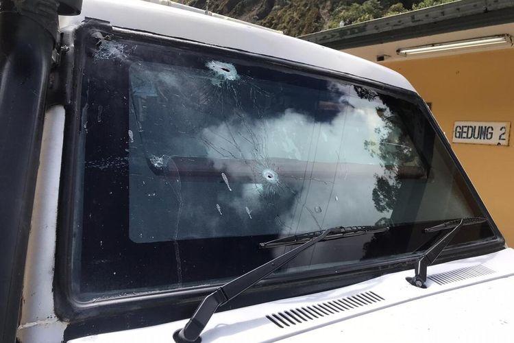 Bekas tembakan dibagian kaca depan mobil Patroli Polsek Tembagapura, Senin (2/3/2020).