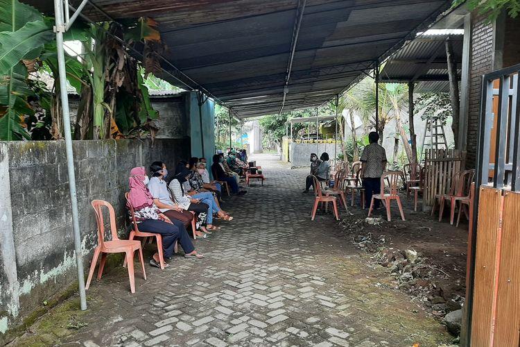 Situasi rumah duka almarhum Yulius Panon Pratomo di Sanggrahan RT 05/RW 16 Desa Tlogoadi, Kecamatan Mlati, Kabupaten Sleman.