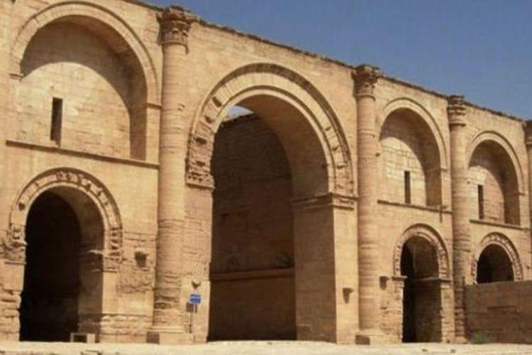 Kota Hatra yang dibangun 2.000 tahun silam merupakan sebuah kota benteng yang selamat dari invasi bangsa Romawi. Sisa-sisa kota Hatra kini sedang dihancurkan kelompok militan ISIS.