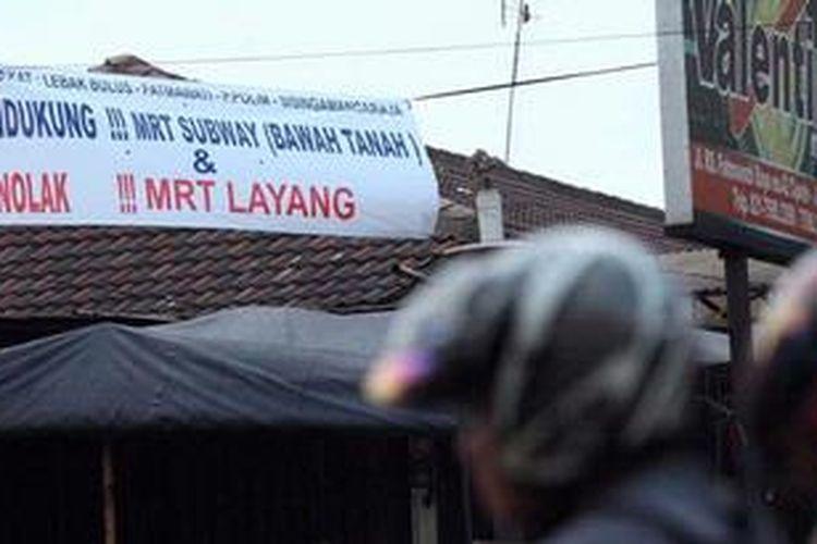 Spanduk menolak pembangunan MRT Layang terpampang di pinggir Jalan Fatmawati, Jakarta Selatan, Minggu (5/5/2013). Pemerintah DKI Jakarta harus bersedia berdialog dengan warga yang menolak MRT Layang sehingga proyek transportasi massal itu didukung 100 persen warganya.