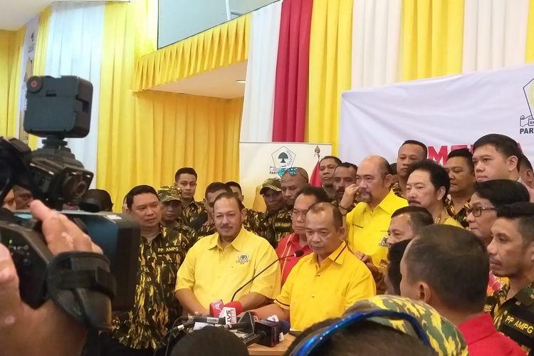 Politisi Partai Golkar Happy Bone Zulkarnaen bersama sejumlah kader Golkar mengambil formulir calon Ketua Umum Partai Golkar untuk petahana, Airlangga Hartarto di Kantor DPP Partai Golkar, Senin (2/12/2019)