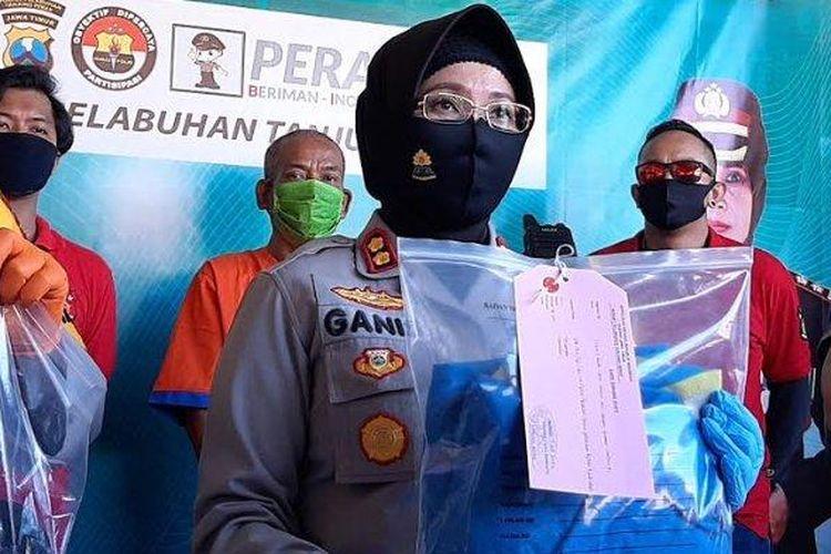 Polisi menunjukkan tersangka pedofil terhadap 4 anak di Surabaya dan barang bukti yang disita. (Surya.co.id/Firman Rachmanudin)