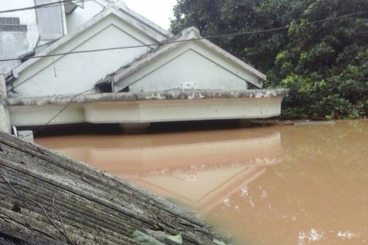 Perumahan Villa Nusa Indah 1 Kelurahan Bojong Kulur, Kecamatan Gunung Putri, Kabupaten Bogor terendam banjir hingga mencapai atap.