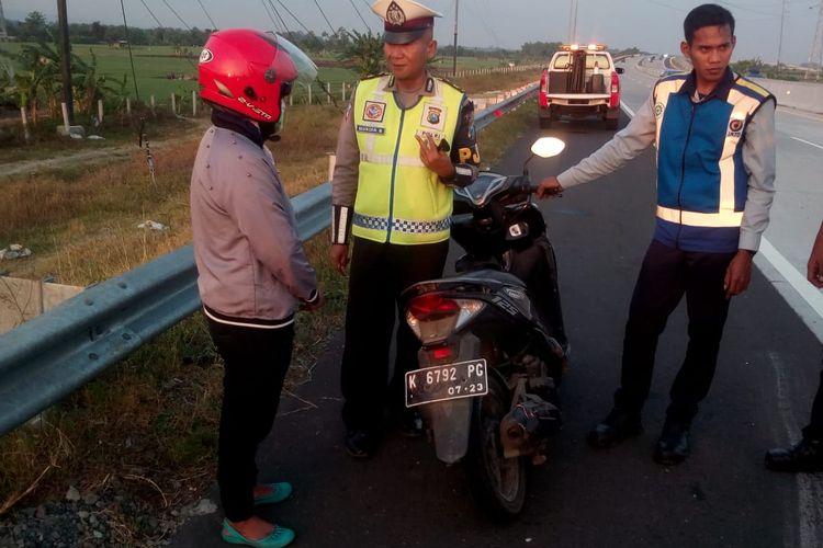 Aparat PJR Ditlantas Polda Jatim mengamankan seorang pemotor ibu rumah tangga yang nekat masuk ke ruas tol Tol Madiun-Nganjuk.