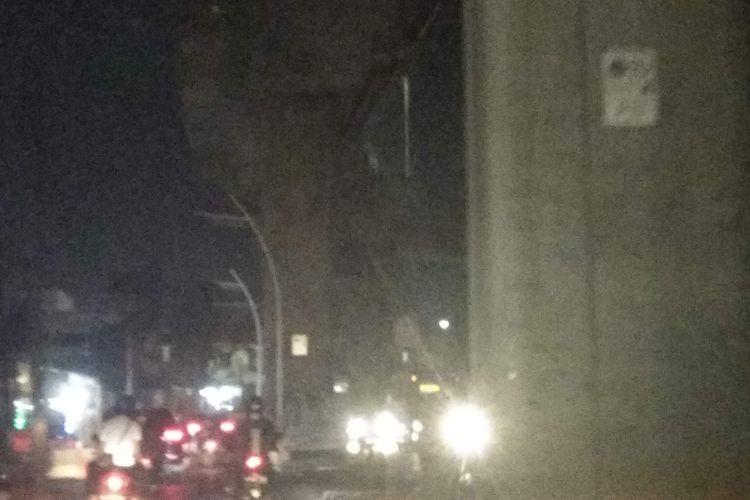 Lampu di Jalan Ciledug Raya di bawah Koridor 13 Transjakarta mati pada Senin (15/10/2018).