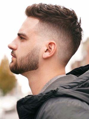 Crew cut adalah salah satu model rambut pria terbaik jika ingin menjaga rambut pendek tetap rapi.