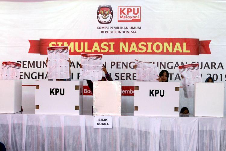 Warga yang memiliki hak pilih menunjukkan surat suara dari dalam bilik suara saat pelaksanaan Simulasi Nasional Pemilihan Umum Serentak 2019 tahap II di Desa Kadungmangu, Babakan Madang, Kabupaten Bogor, Jawa Barat, Sabtu (30/9/2017). Simulasi ini meliputi tata cara pemungutan dan penghitungan suara yang akan dijadikan acuan dalam penyusunan Peraturan KPU Pemungutan, dan Penghitungan Suara Pemilu 2019.