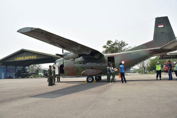 Pesawat jenis Cassa 212 yang disiagakan TNI AU di Lanud Supadio yang digunakan untuk modifikasi cuaca dengan menebar garam di atas langit wilayah Kalbar (19/8/2018)
