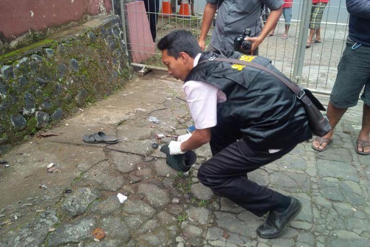 Petugas polisi mengambankan benda diduga bom molotov di Gereja Jago Ambarawa, Kamis (13/4/2017).