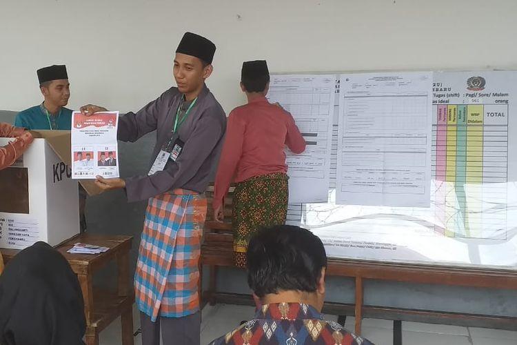 Proses penghitungan suara pilpres di Rutan Kelas IIB Pekanbaru, Riau, Rabu (17/4/2019).