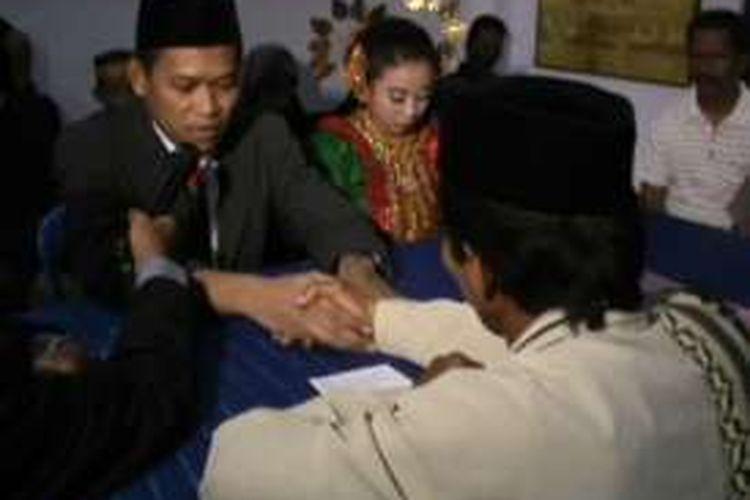 Tahanan narkoba melangsugkan pernikahannya dengan penuh romantisme di dalam tahanan Polres Polewali Mandar, Sulawesi Barat, Kamis (10/3/2016).