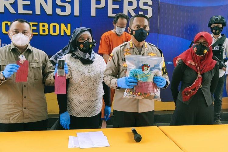 Jajaran Polresta Cirebon dan Komnas Perlindungan Anak Jawa Barat bersama-sama menunjukan sejumlah barang bukti dugaan pencabulan yang dilakukan NF terhadap tiga belas anak di bawah umur, Rabu (20/1/2021) di Mapolresta Cirebon.