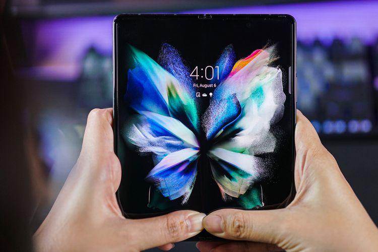 Layar utama Galaxy Z Fold 3 menggunakan panel Dynamic AMOLED 2x berdiagonal 7,6 inci (2.208 x 1.768, refresh rate 120 Hz) dengan aspect ratio 22,5: 18 sehingga tampak menyerupai perangkat tablet ketika dibentangkan.