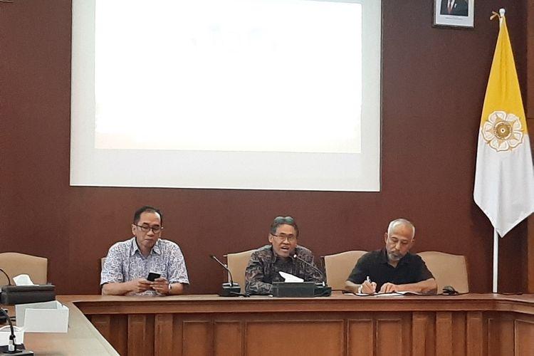 Ketua Penyelenggara Nitilaku 2019, Hendrie Adji Kusworo (mengenakan kemeja hitam), Rektor UGM Panut Mulyono (tengah) dan Ketua Lustrum XIV, Universitas Gadjah Mada (UGM) Paripurna P Sugarda saat jumpa pers.