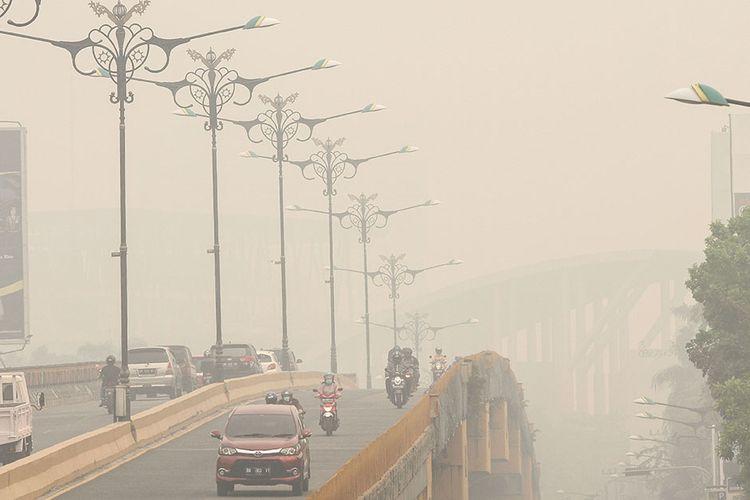 Pengendara menembus kabut asap dampak dari kebakaran hutan dan lahan di Pekanbaru, Riau, Kamis (12/9/2019). Kota Pekanbaru menjadi salah satu wilayah di Provinsi Riau yang terpapar kabut asap karhutla di mana dalam tiga hari belakangan ini kabut asap semakin parah dirasakan masyarakat di kota itu.