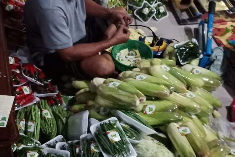 Pedagang di Bandungan mengemas sayur untuk dipasarkan secara online.
