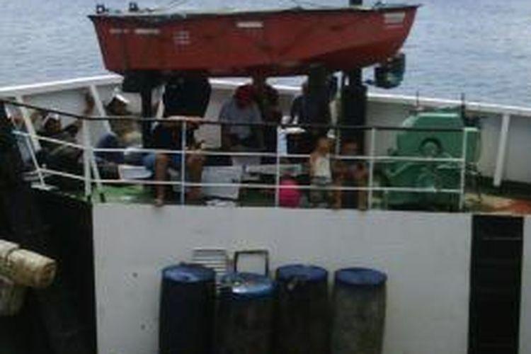Karena ketiadaan tempan lain di KMP Belanak penumpang mengisi setiap ruang kosong dengan harapan dapat sampai ke Pelabuhan Sibolga