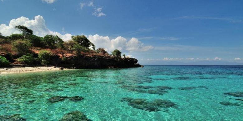 Pantai di Pulau Moyo, Kabupaten Sumbawa, Nusa Tenggara Barat.