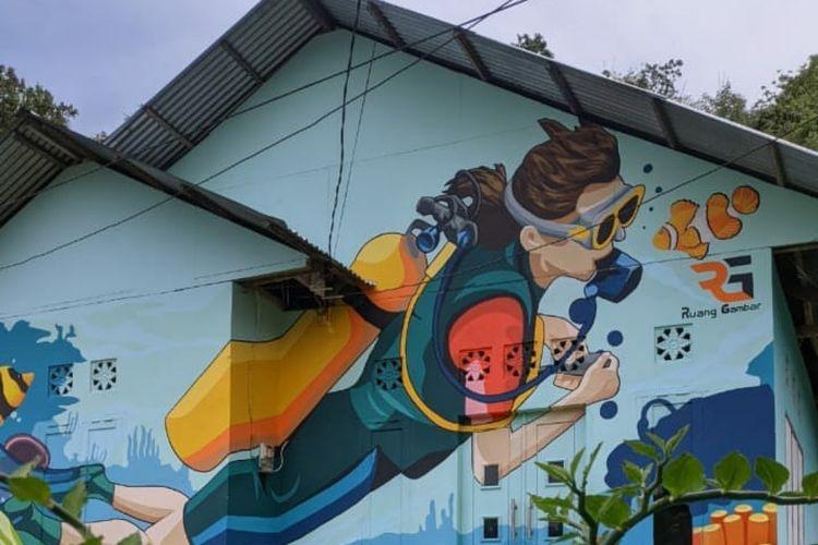 Mural di Kelurahan Dembe 1, Kecamatan Kota Barat, Kota Gorontalo, Provinsi Gotontalo menjadi tempat wisata karena konsep muralnya dengan dicat warna-warni tiga dimensi.