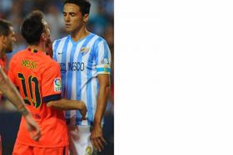Penyerang Barcelona, Lionel Messi (kiri), terlibat perselisihan dengan bek Malaga, Weligton, dalam lanjutan Primera Division di Rosaleda stadium, Malaga, Rabu (24/9/2914). Tampak Weligton mencengkeram mulut Messi.