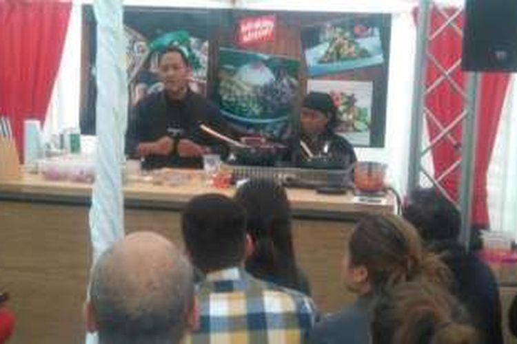 Chef Degan sedang bersiap untuk memulai demo masak di ajang Indonesian Weekend, London, belum lama ini.