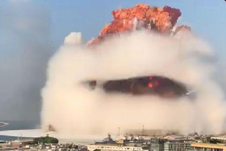 Tangkapan rekaman video memperlihatkan jamur raksasa terbentuk dalam ledakan yang terjadi di Beirut, Lebanon, pada 4 Agustus 2020. Setidaknya 73 orang tewas dalam insiden tersebut dengan ribuan lainnya terluka.