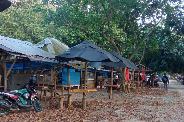 Warung-warung di salah satu kawasan wisata Banyuwangi, pantai Pulau Merah, tutup sejak PPKM Darurat.