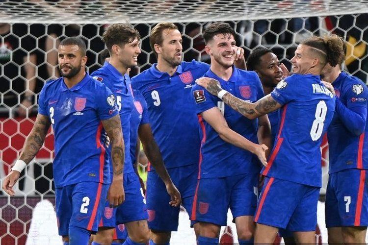 Gelandang Inggris, Declan Rice, melakukan selebrasi bersama rekan-rekannya usai mencetak gol ke gawang Hongaria dalam laga Kualifikasi Piala Dunia 2022 di Puskas Arena, 2 September 2021.