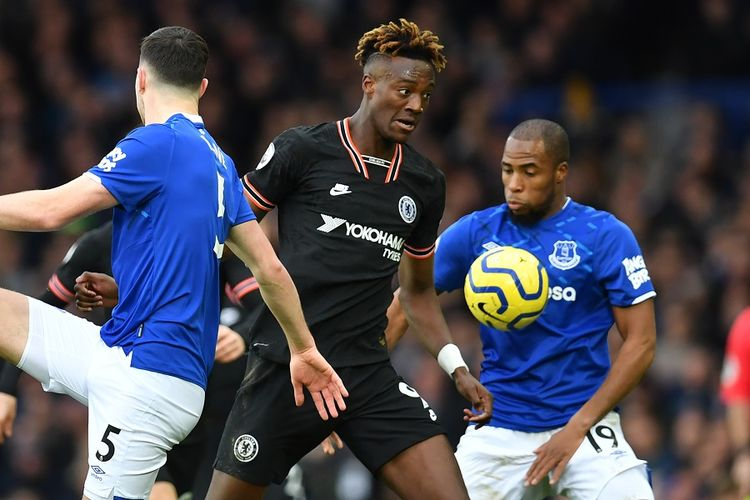 Striker Chelsea Tammy Abraham (tengah) mengendalikan bola dalam pertandingan Liga Primer antara Everton vs Chelsea di Goodison Park pada 7 Desember 2019.