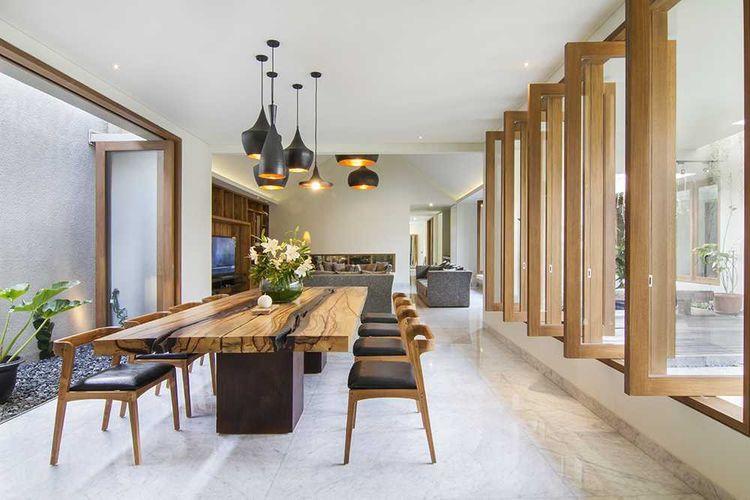 Meja makan dari material kayu, ruang makan karya Erwin Kusuma