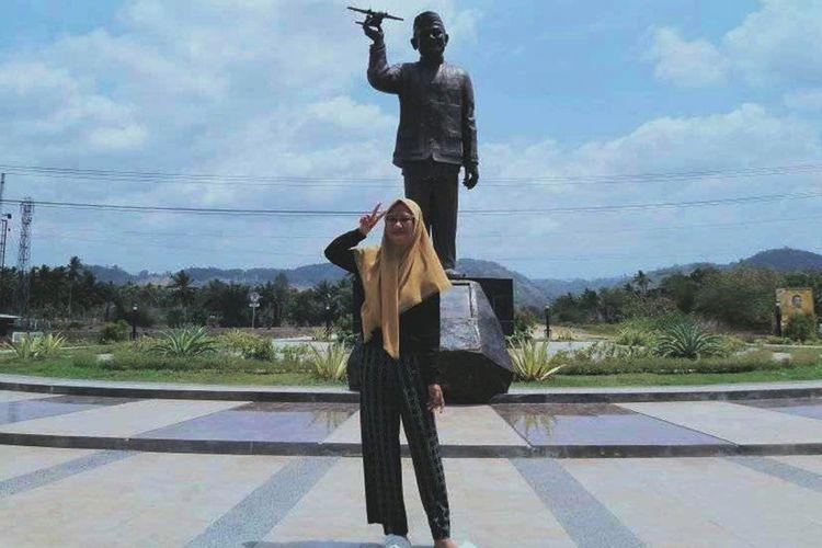Foto Fatin Ahaya dengan latar belakang patung BJ Habibie yang memegang replika pesawat. Pascawafatnya BJ Habibie banyak warga Gorontalo yang  mengunggah foto berlatar belakang patung ini untuk menunjukkan rasa duka dab kedekatannya.