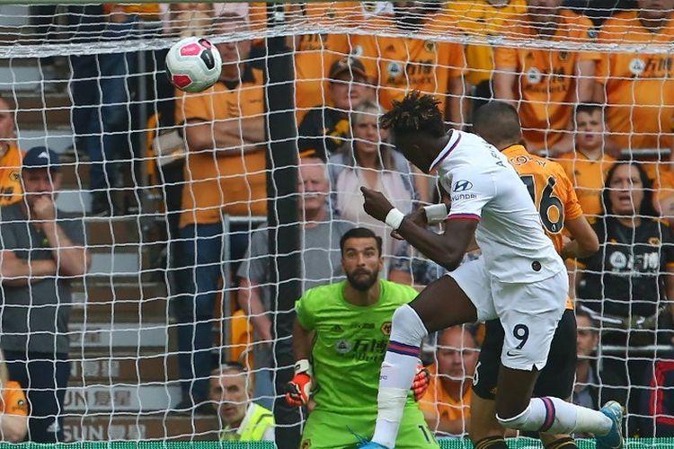 Penyerang Chelsea, Tammy Abraham, mencetak gol ke gawang Wolverhampton Wanderers pada pertandingan lanjutan Liga Inggris di Stadion Molineux, Wolverhampton, Sabtu (14/9/2019).