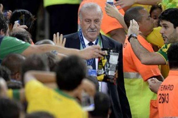Pelatih Spanyol, Vicente del Bosque, ketika menerima pengalungan medali perak Piala Konfederasi. Spanyol kalah 0-3 dari tuan rumah Brasil di partai final, Minggu (30/6/2013).