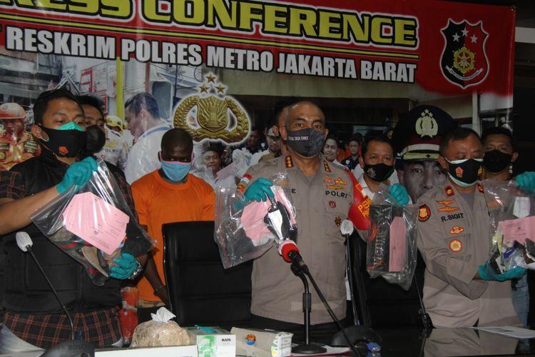 Konferensi pers penangkapan pelaku pembunuhan warga negara Nigeria di salah satu apartemen di Jakarta Barat. Konferensi pers tersebut digelar pada hari Selasa (27/10/2020).