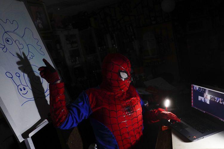 Seorang guru seni, Jorge Manolo Villarroel memakai kostum Spider-man dan mengajar melalui virtual dari rumahnya karena lockdown akibat virus corona di La Paz, Bolivia, Selasa, 9 Juni, 2020.