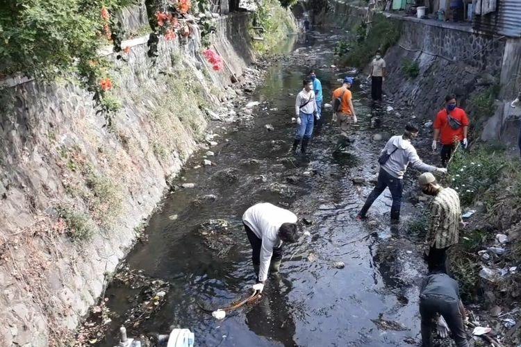 Para pelanggar protokol Covid-19 karena tidak pakai masker dihukum membersihkan sungai di Solo, Jawa Tengah, Jumat (11/9/2020).