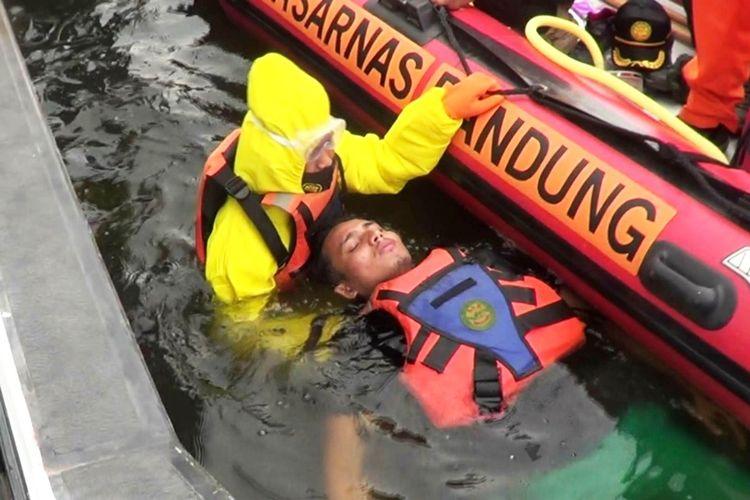 Pelatihan operasi pencarian dan pertolongan korban tenggelam yang dilaksanakan tim SAR gabungan di perairan Waduk Cirata, Kabupaten Cianjur, Jawa Barat, Selasa (15/9/2020).