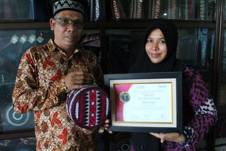 Pengrajin tas Aceh di Desa Ule Madon, Kecamatan Muara Batu, Kabupaten Aceh Utara memperlihatkan sertifikat kerajinan dari kepala desa