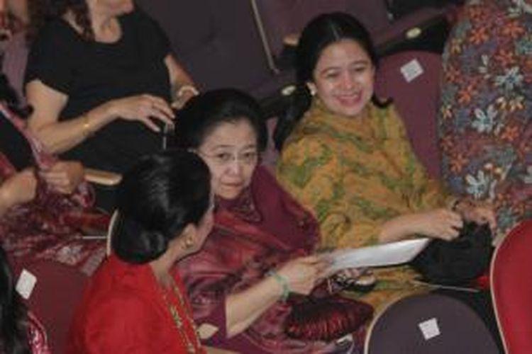 Ketua Umum PDI Perjuangan, Megawati Soekarnoputri bersama Menko PMK, Puan Maharani menghadiri pagelaran peduli Bangun Majapahit, di Teater Besar Taman Ismail Marzuki, Jakarta Pusat, Kamis (26/11/2015).