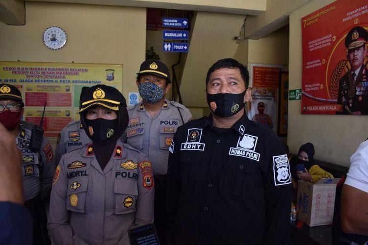 Kapolsek Bontoala Kompol Andriany Lilikay (kiri) bersama Kasubag Humas Polrestabes Makassar Kompol Supriady Idrus (kanan) saat menggelar konferensi pers terkait dugaan salah tangkap di Polsek Bontoala, Rabu (26/8/2020).