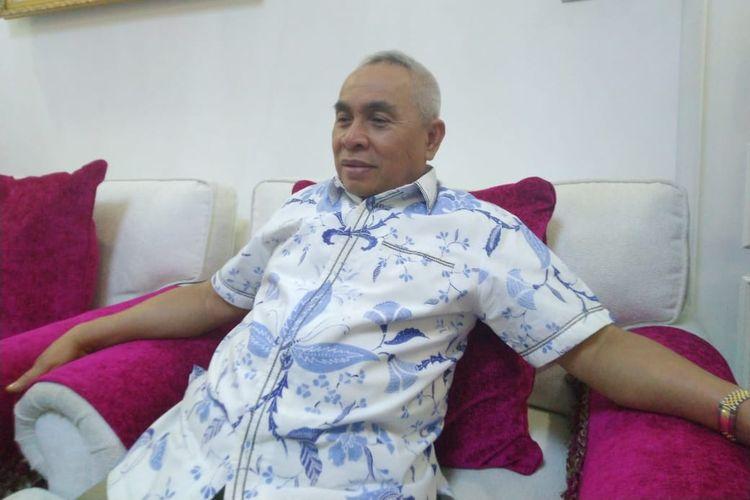 Gubernur Kaltim Isran Noor saat diwawancarai awak media di kediamannya, Sungai Kunjang Samarinda.