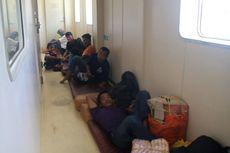 Membludak, Pemudik Terpaksa Duduk di Lorong Hingga Depan Toilet Kapal