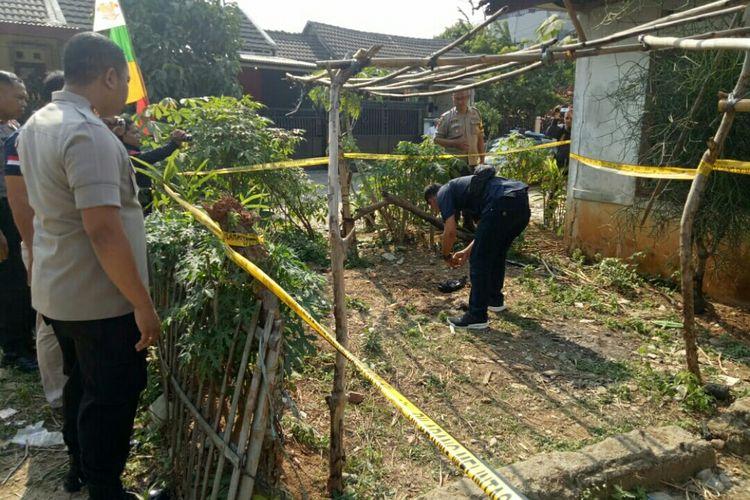 Kepolisian Cisauk mengecek lokasi pembuangan bayi di perumahan kosong di Korpri Blok J 2/6 Rt. 006/009 Desa Suradita, Cisauk, Kabupaten Tangerang, Selasa (10/9/2019)
