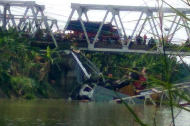 Jembatan nasional Babat-Widang yang menghubungkan Kabupaten Lamongan dan Kabupaten Tuban, Jawa Timur, ambruk, Selasa (17/4/2018) sekitar pukul 10.50 WIB. Tiga truk dan satu motor terjun ke Sungai Bengawan Solo akibat ambruknya jembatan. Dua korban untuk sementara dilaporkan tewas.