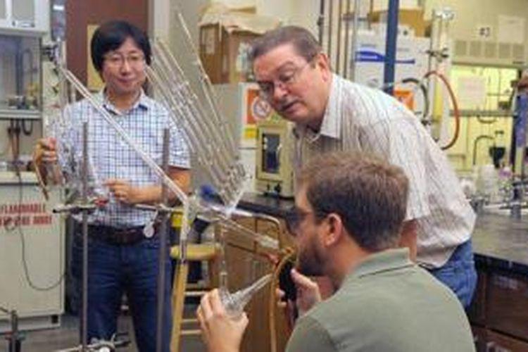 Professor Jimmy Mays dari Universitas Tennessee  (tengah) mengajukan proyek desain kondom menggunakan polimer yang sangat elastis yang membuat kondom dapat ditarik tanpa berubah bentuk.