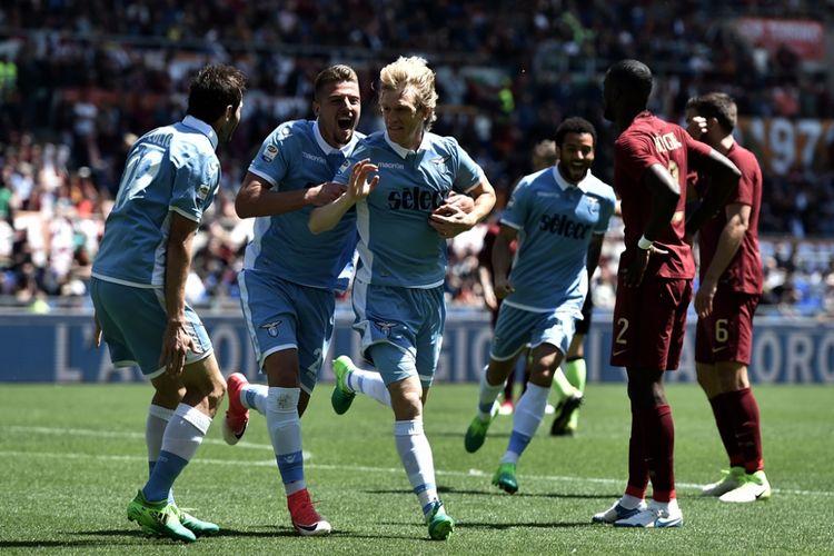 Para pemain Lazio merayakan gol Dusan Basta ke gawang AS Roma pada partai lanjutan Serie A - kasta teratas Liga Italia - di Stadion Olimpico, Minggu (30/4/2017).