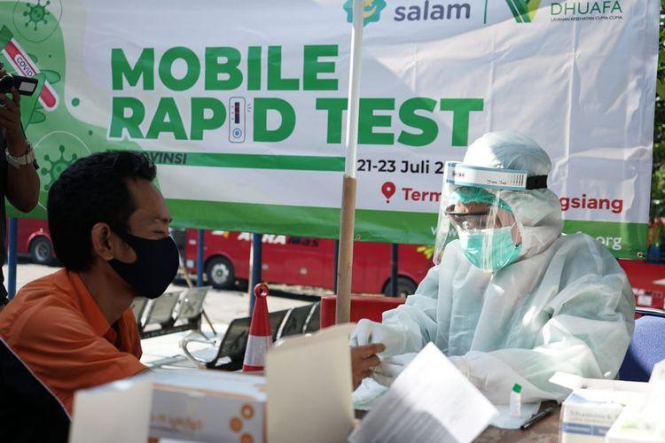 Petugas kesehatan dari Gugus Tugas Covid-19 Dompet Dhuafa, melakukan mobile rapid test untuk awak bus dan pelaku usaha di Terminal Baranangsiang Bogor, Jawa Barat.